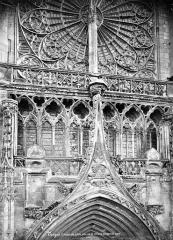 Cathédrale Saint-Pierre Saint-Paul - Transept nord : gable du portail, galerie et rosace