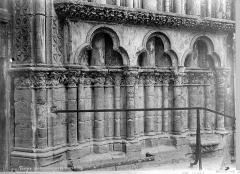 Cathédrale Saint-Pierre Saint-Paul - Portail de la façade nord : soubassement