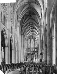 Cathédrale Saint-Pierre Saint-Paul - Vue intérieure de la nef vers le choeur