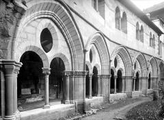 Cathédrale Saint-Martin, actuellement Notre-Dame et cloître, actuellement Musée municipal - Cloître : galerie d'arcades côté ouest et salle synodale