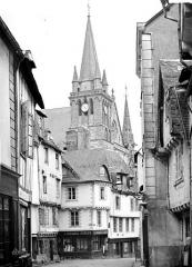 Cathédrale Saint-Pierre - Clocher, pris d'une rue, côté nord-ouest
