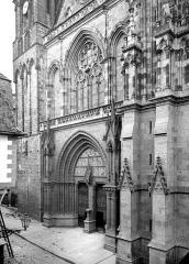 Cathédrale Saint-Pierre - Façade ouest : partie inférieure en perspective