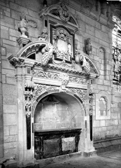 Cathédrale Saint-Pierre - Tombeau sous enfeu