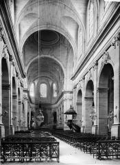 Cathédrale Saint-Louis - Vue intérieure de la nef vers le choeur
