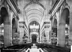Cathédrale Saint-Louis - Vue intérieure de la nef vers l'entrée
