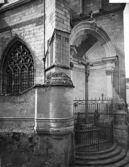 Cathédrale Saint-Maurice - Façade nord : Fenêtre, contrefort et calvaire situé dans une niche