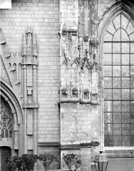 Cathédrale Saint-Pierre Saint-Paul - Contrefort : Détails de la décoration