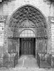 Ancienne abbaye ou prieuré Saint-Ayoul - portail central de la façade ouest
