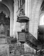 Ancienne abbaye ou prieuré Saint-Ayoul - Vue intérieure de la nef : chaire