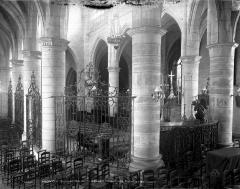Eglise Sainte-Croix - Vue intérieure du déambulatoire vers le choeur