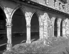 Ancien couvent des Cordelières - Cloître : arcades d'une galerie