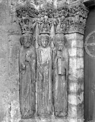 Eglise Saint-Loup - Portail de la façade ouest : statues-colonnes de l'ébrasement gauche