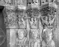Eglise Saint-Loup - Portail de la façade ouest : Chapiteaux de l'ébrasement droit