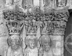 Eglise Saint-Loup - Portail de la façade ouest : Chapiteaux de l'ébrasement gauche