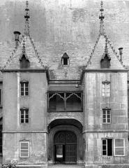 Hôtel-Dieu ou Hospices civils de Beaune - Cour intérieure : Porte d'entrée