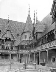 Hôtel-Dieu ou Hospices civils de Beaune - Cour intérieure : Angle du préau et puits