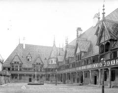 Hôtel-Dieu ou Hospices civils de Beaune - Cour intérieure : Préau