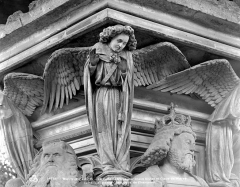 Ancienne chartreuse de Champmol, actuellement centre psychothérapique de Dijon - Puits de Moïse : Ange encadré par les têtes de Moïse et de David