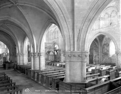 Eglise (collégiale) Saint-Pierre et Saint-Paul - Vue intérieure du bas-côté nord et de la nef, vers le sud-est