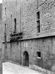 Eglise paroissiale - Cour : façade avec restes d'un pont et d'une herse