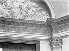 Château de Conflans - Chapelle : vue intérieure, détail de la frise et du tympan