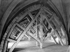 Eglise Saint-Vulfran ou ancienne collégiale - Voûte soutenue par des étais et un plancher : vue vers l'entrée