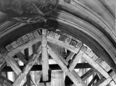 Eglise Saint-Vulfran ou ancienne collégiale - Voûte soutenue par des étais et un plancher : vue vers le choeur