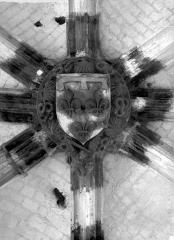 Eglise Saint-Vulfran ou ancienne collégiale - Clef de voûte : Ecusson à fleur de lys
