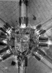 Eglise Saint-Vulfran ou ancienne collégiale - Clef de voûte : Ecusson avec dauphins