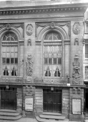 Théâtre - Façade sur la rue : partie droite