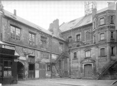 Théâtre - Cour intérieure : Dépendances, passage du logis