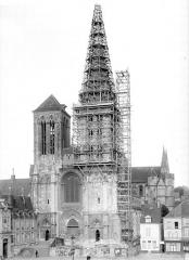 Eglise Saint-Pierre, ancienne cathédrale - Clocher échafaudé : vue d'ensemble
