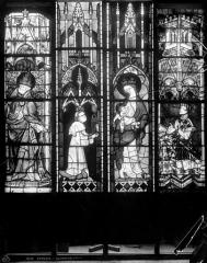 Cathédrale Notre-Dame - Vitrail du choeur, fenêtre haute : Vierge à l'Enfant. Charles le Mauvais