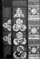 Ancienne abbaye de la Trinité - Vitrail : fragments d'ornementation