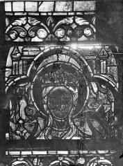 Ancienne abbaye de la Trinité - Vitrail : tête de la Vierge