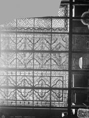 Cathédrale Saint-Etienne - Vitrail du chœur : trois motifs de grisaille
