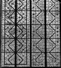 Cathédrale Saint-Etienne - Vitrail : trois motifs du choeur, grisaille