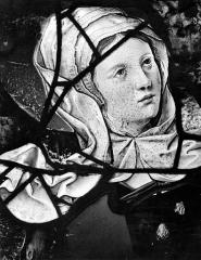 Eglise Saint-Martin - Vitrail, baie 5 (détail) : Sainte Madeleine au pied de la croix