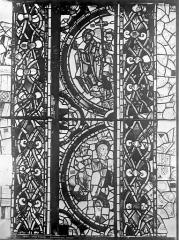 Cathédrale Saint-Pierre - Vitrail, baie A : fragments d'ornementation et médaillon