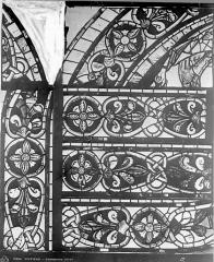Cathédrale Saint-Pierre - Vitrail, baie B : ornements