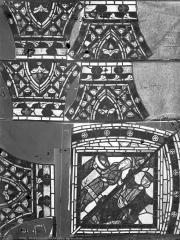Eglise Saint-Pierre - Vitrail : saint Jean-Baptiste et ornements