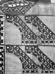 Eglise Saint-Pierre - Vitrail : fragments d'ornementation