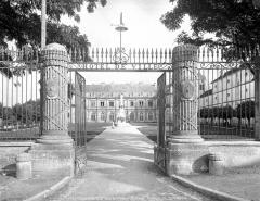 Hôtel de ville (ancien château) - Grille d'entrée