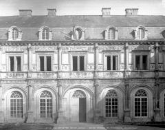 Hôtel de ville (ancien château) - Façade ouest : entrée