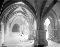 Ancienne abbaye Saint-Colomban - Cloître : vue intérieure d'une galerie