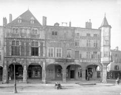 Maison des Sept Péchés Capitaux - Façades à galerie d'arcades et tourelle, sur la place