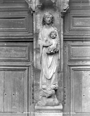Eglise abbatiale Notre-Dame - Portail de la façade ouest : Statue de la Vierge à l'Enfant au trumeau