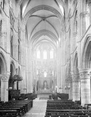 Eglise abbatiale Notre-Dame - Vue intérieure de la nef, vers le choeur