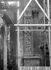 Eglise Saint-Dominique ou Notre-Dame - Façade ouest : Pilastre et colonne, côté gauche