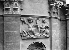 Eglise Saint-Dominique ou Notre-Dame - Façade : Bas-relief entre deux pilastres